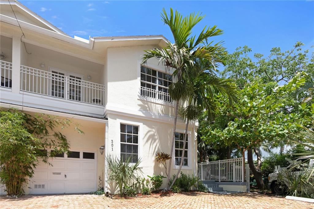 Las Olas waterfront, pool luxury townhome with 5 large bedrooms (one has separate entrance and can be used as a studio as it has kitchenette) four full bathrooms, and one half bath in addition to one car garage and plenty of parking. The property also boasts a huge yard for entertaining and private deeded dock. Restaurants, shops, and the ocean are walking distance. Great schools nearby. Airport is 10 min max. Living on Las Olas Isles doesn't get much better than this! Pets welcome. Property can also be purchased and will consider lease options.