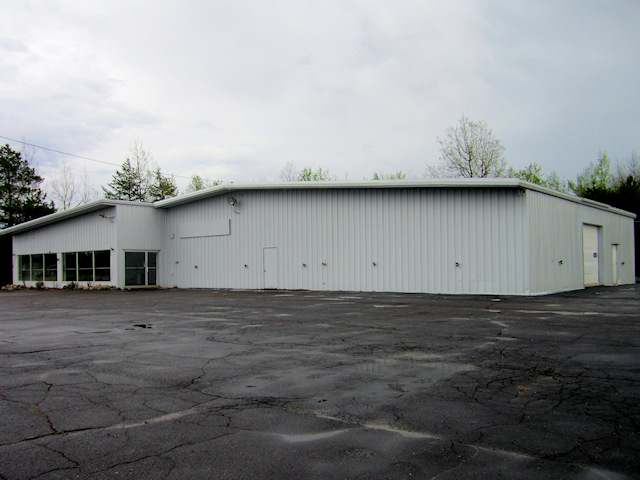 8,206 Sq ft commerical building located in highly desirable location near intersection of N Stevens Street and Highway 17 bypass. Provides excellent exposure & access and is ideal for any number of retail, service, or other commercial applications. With approximately 200 ft. of street frontage, the property sits on 3.64 acres which includes the building and the 1.71 acre lot behind the building.
