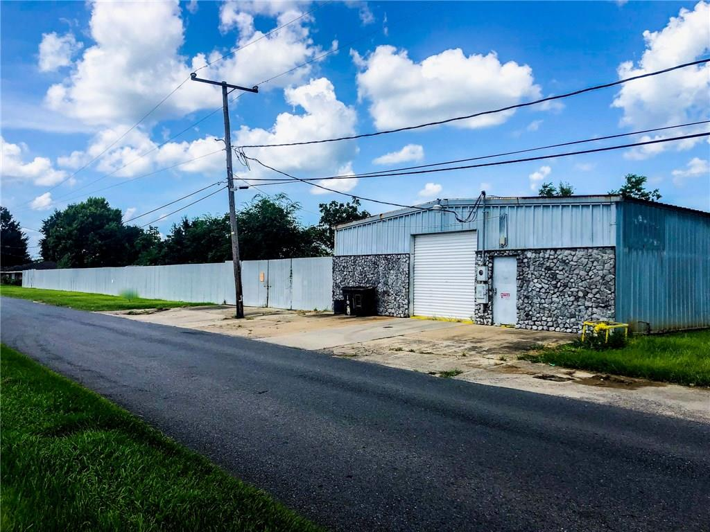 Former body shop and lay down yard near airline hwy in Laplace.  Zoned light industrial.