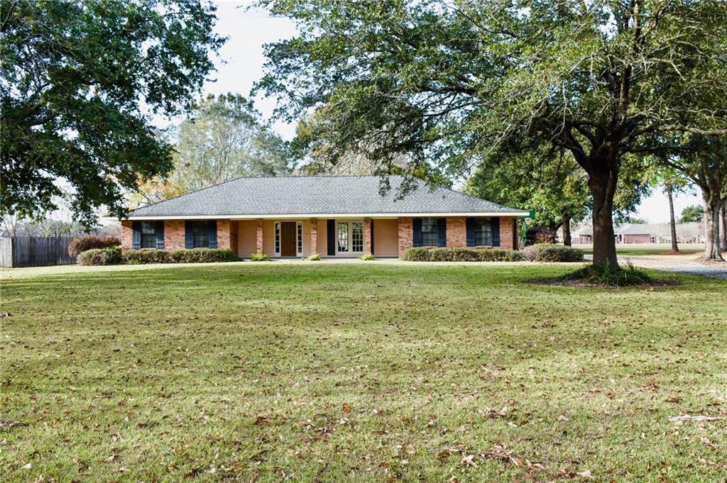 住宅 为 销售 在 1728 SAVANNE Road Houma, 路易斯安那州 70360 美国