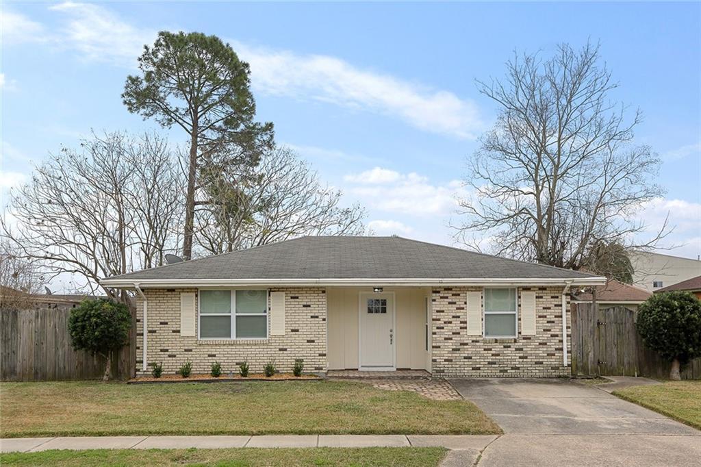 住宅 为 销售 在 2121 COLONIAL Boulevard Violet, 路易斯安那州 70092 美国