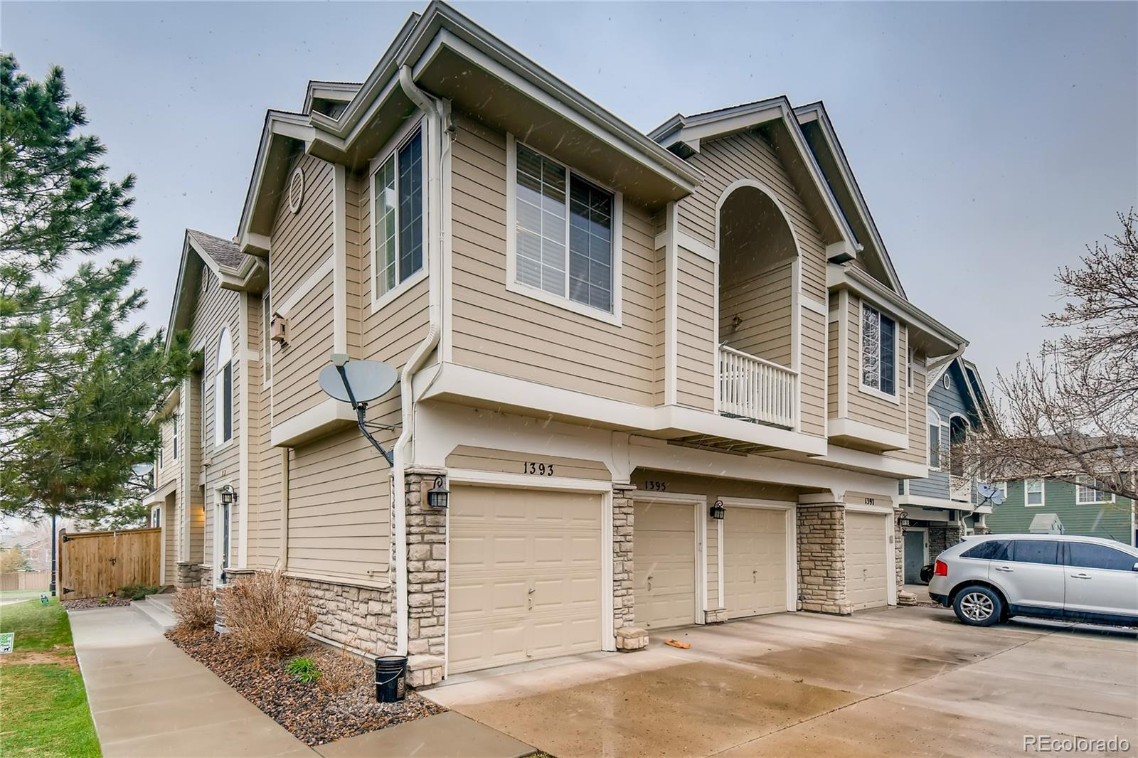 Check Out This Updated & Move-In Ready 2bd/2ba Townhome w/Attached Garage In The Wonderful Community of Carlyle Park In Highlands Ranch! Open & Bright Living Area w/Tall Vaulted Ceilings And A Cozy Fireplace * Updated Kitchen That Includes Beautiful White Cabinets, Granite Countertops, Stainless Appliances & A Gas Range * In-Unit Washer & Dryer are INCLUDED * Spacious Master Suite w/Tons Of Closet Space * Updated Bathrooms w/New Vanities * Attached One-Car Garage * Minutes To Tons of Great Shopping & Restaurants * Close To Endless Trails, Parks, & Community Rec Center * Easy Access To C-470 * Hurry And Come See This Great Townhome Before It is Gone!
