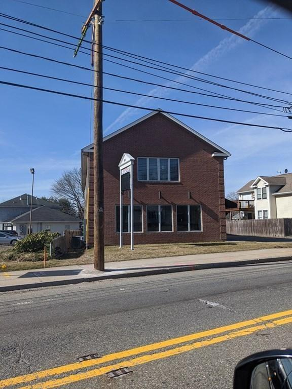 First floor commercial office space with 2000 sq/ft for lease in high traffic location in Seekonk, less than 10 minutes from downtown Providence.  This unit offers many individual offices, a conference room, waiting area, storage room and dedicated rest room for the unit. With plenty of parking and an on-ramp to Rt. 195 just 1/4 mile away, this location is ideal for a business that wants to establish long-term roots in Seekonk and Bristol County. Landlord takes pride in ownership and lives/works in the immediate area. Additional space on the second floor also available for potential expansion, with up to 700 additional square feet.