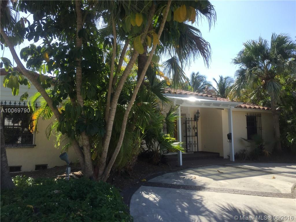Very charming 3 bedroom, 3 bathroom house on Dilido Island (on corner lot).  Wood floor throughout the house, formal dining, fireplace, beautiful pool and patio area.