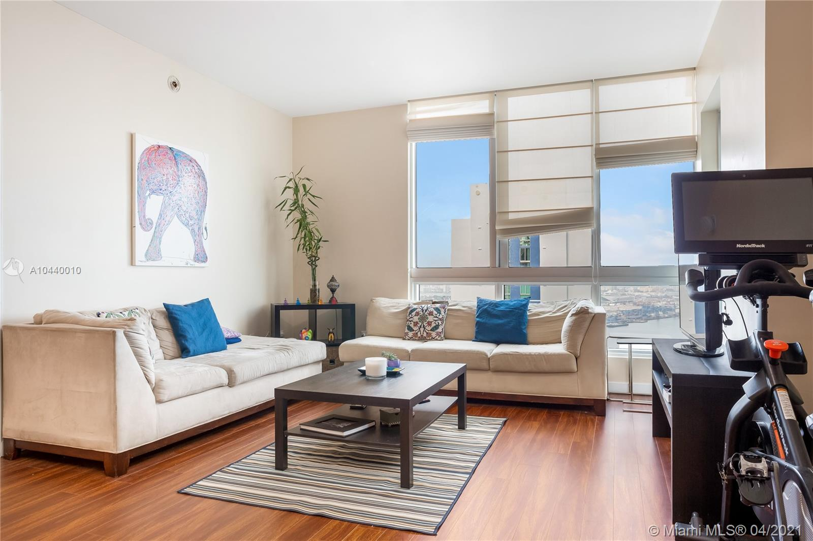 Enjoy MET 1 's modern building. 2-2 Split Plan Unit with amazing views of the bay. Italian designed kitchen. Equipped high tech fitness center, pool area and Club Room. Restaurant on site. Valet parking and security 24/7.