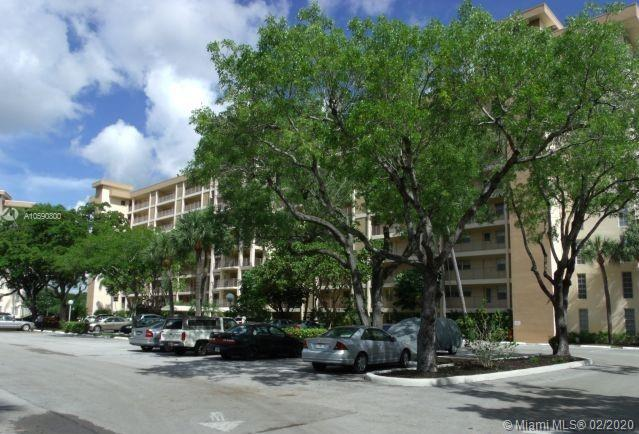 ABSOLUTELY GORGEOUS, 3 BEDROOM ( The third room is open as Florida Room),2 BATH, CORNER, PORCELAIN FLOORS, CARPET IN BEDROOMS,  GRANITE COUNTERS, STAINLESS APPLIANCES, OPENED KITCHEN, EXCELLENT CONDITION, READY TO MOVE, GOLF VIEW.UNIT RENTED UNTIL 07-31-2020. EXCELLENT TENANT.