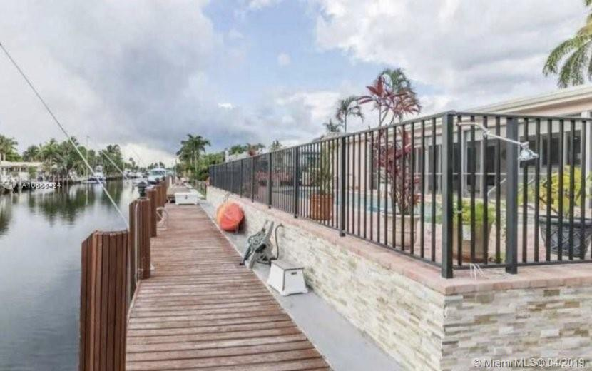 Lighthouse Point, Remodeled 4/3 with deep water 100 ft wide canal and 85 ft of dock, pool, Jacuzzi. Ready to move in
