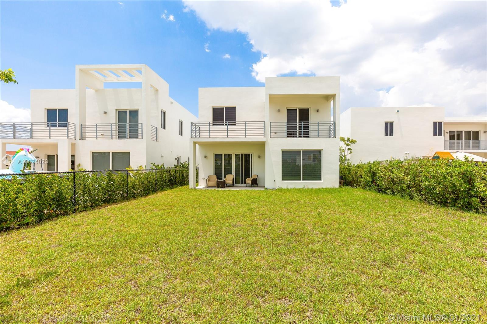 Amazing, MODERN LUXURY HOME, with an extra lot of patio, one of the few new houses in Doral with extra Lot, 1 Room on the first floor, bathroom with direct access to the patio.