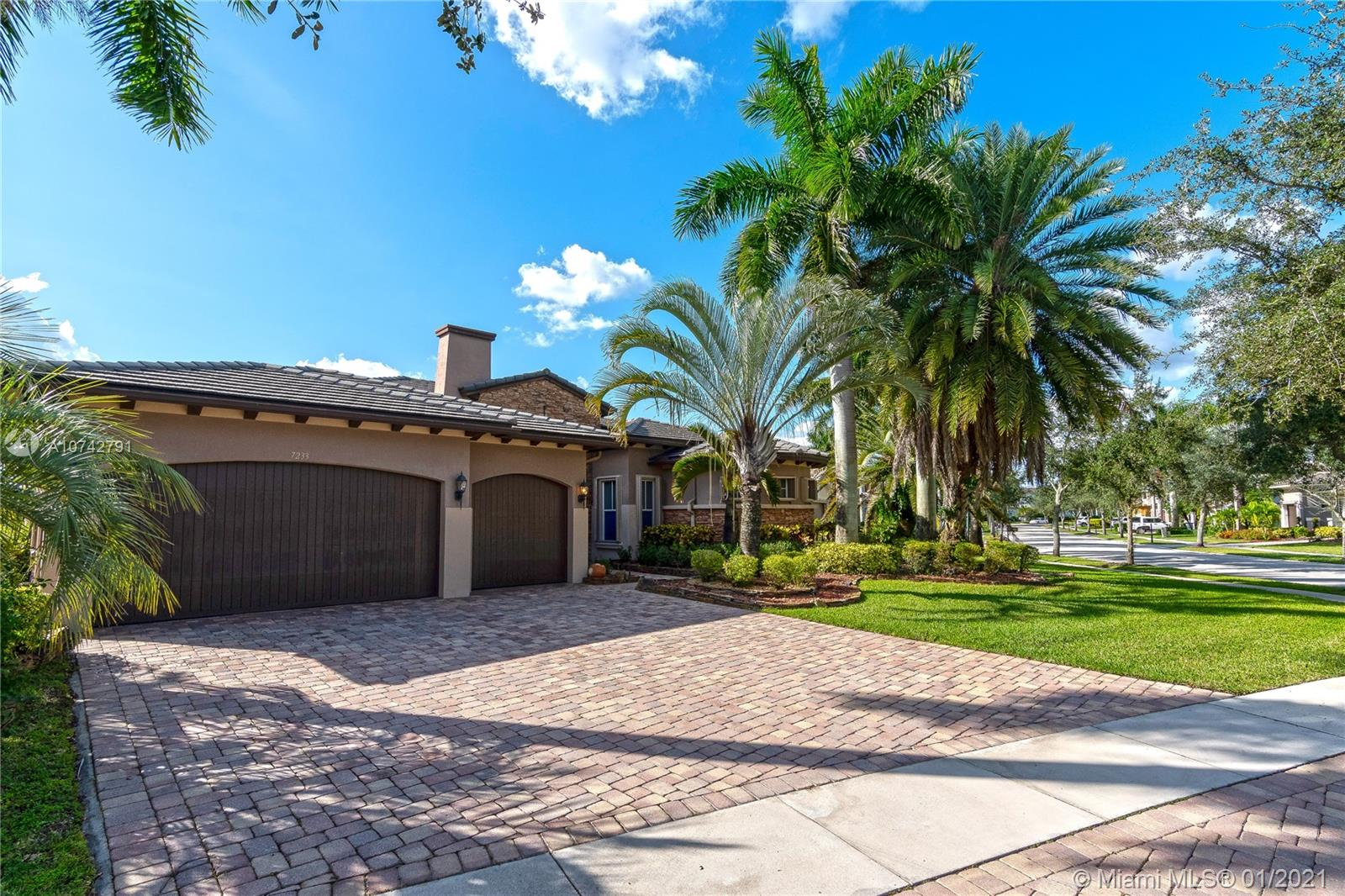 Welcome to the Home of your dreams, located in Parkland, where its excellent schools are unleashed in addition to its beautiful and cozy association. Spacious property with masterful structure, 5/3 rooms, highlighting its modern kitchen recently remodeled, in addition to a captivating terrace where you can enjoy its beautiful pool overlooking the golf course and facing the lake discovering the sunrise with its typical Sunrise and at finish a relaxing sunset every day.
