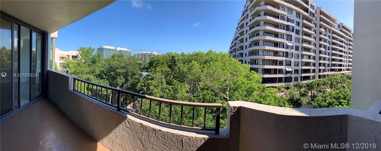 BRIGHT AND REMODELED PENTHOUSE at Key Colony! Impeccable appliances. Spacious, open views. 2 bed /2 bath + Den with door and window, that may be used as a 3rd bedroom. 2 PARKING SPACES. Key Colony has direct beach access, swimming pools, restaurants, beauty salon, kids playground, tennis courts, gym, etc.