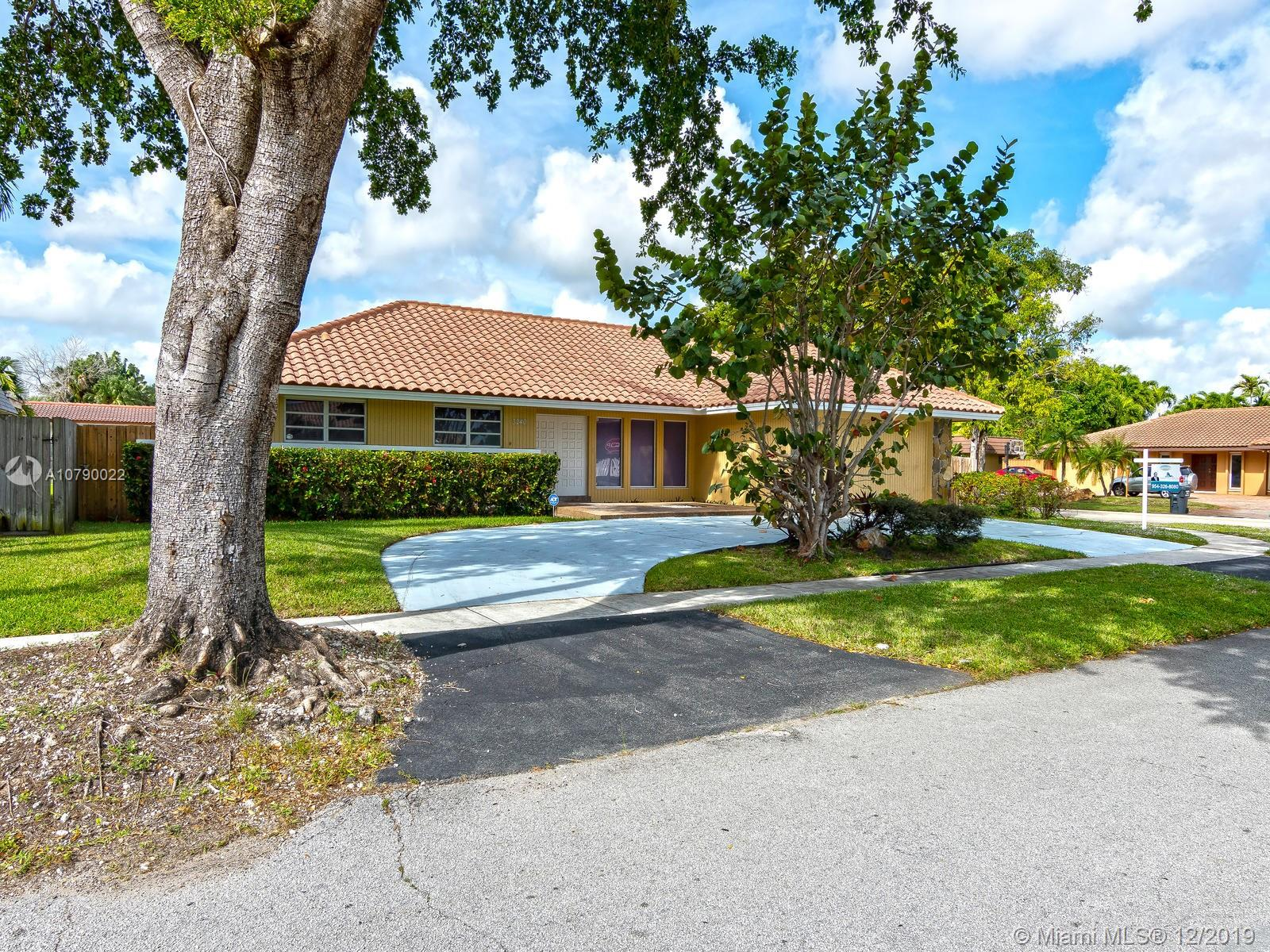 3240 N 47th Ave  For Sale A10790022, FL