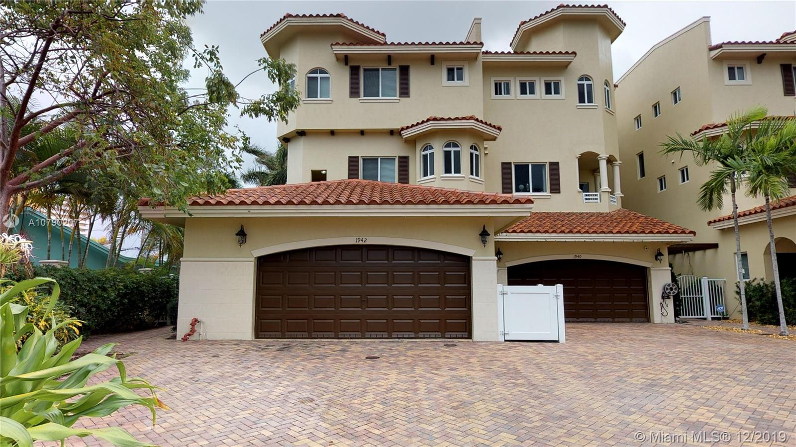 Townhome located in a beautiful community, walking distance to the beach. 3 bedrooms 4 full bathrooms, (1 full bath on the first level).Kitchen with granite countertop and stainless steel appliances. A must see!!!