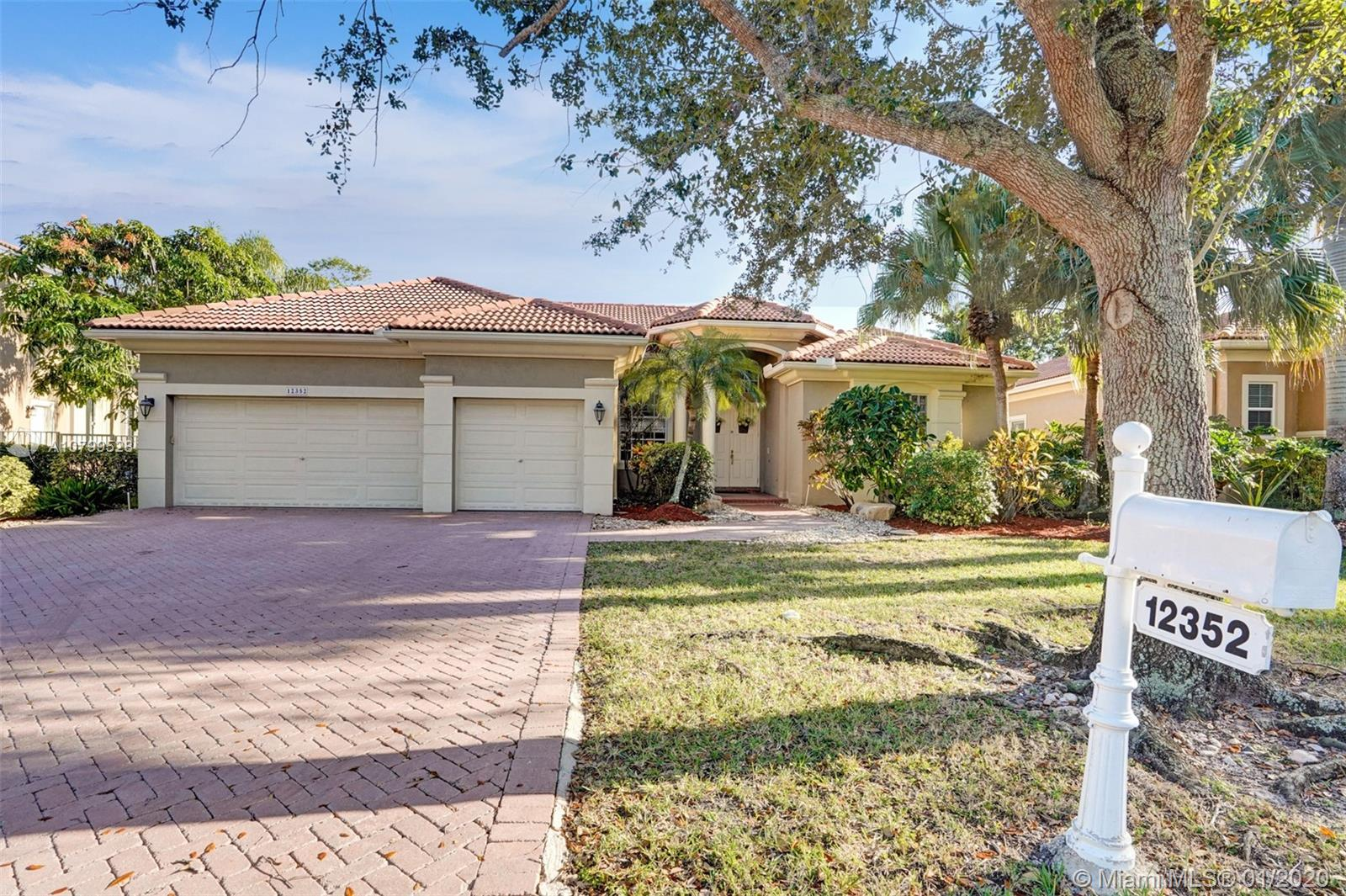 "WOW! GREAT BUY ON THIS POPULAR SPLIT PLAN POOL HOME WITH 3-CAR GARAGE ON AN OUTSTANDING WATERFRONT LOT IN BAY POINTE! 42"" MAPLE KITCHEN WITH GRANITE COUNTERS! NEWER A/C! TREMENDOUS TRAVERTINE MARBLE PATIO! LIGHT, BRIGHT AND READY TO GO!"