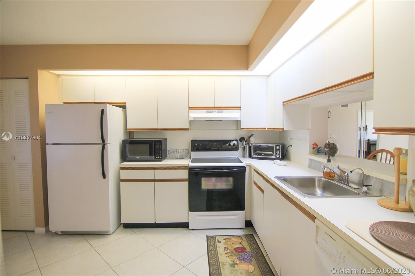 Located on the 1st floor with an amazing view of the lake, very close to the parking space. Model J. Unfurnished 2 bedroom 2 bathroom condo with washer and dryer, kitchen, oven, refrigerator, dishwasher. Large kitchen with pantry and space for an eat-in kitchen. The master bedroom has a large walk-in closet. Excellent baths. Screened balcony. Impact windows Cat 5 and sliding door on the porch. 