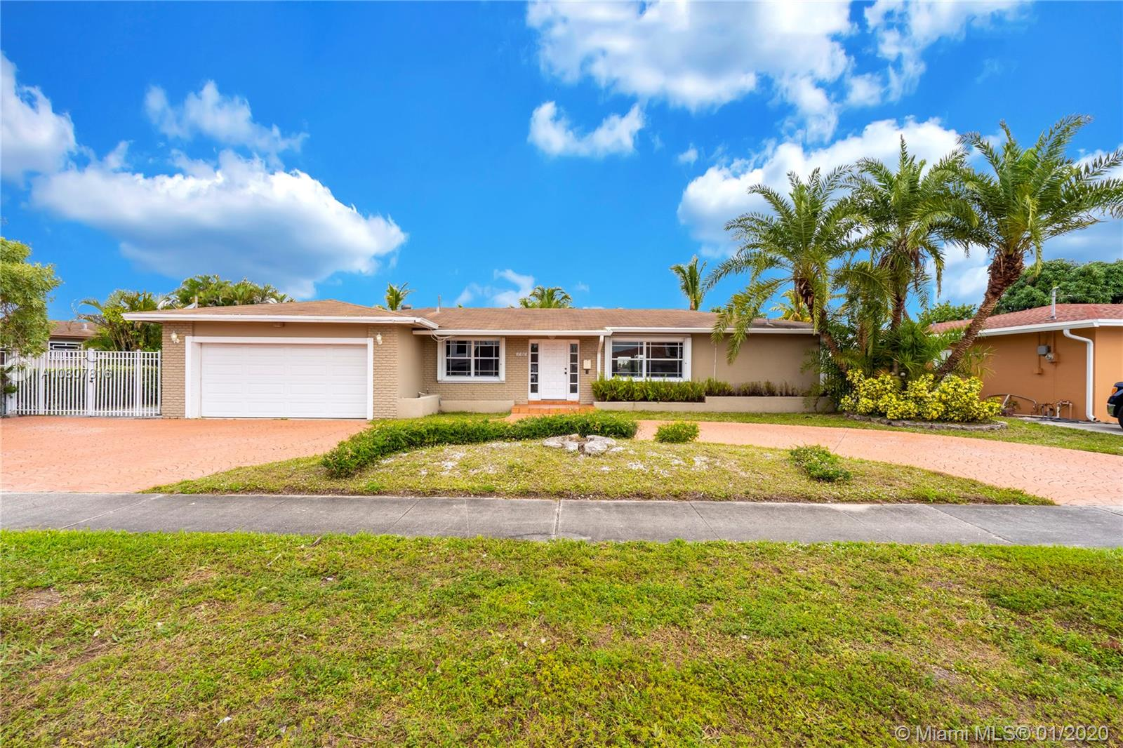 Beautiful single-family home in the desired area of West Hialeah, this property has 4 bedrooms, 2 bathrooms, a living room, a dining room, a family room, a garage for 2 cars and also a terrace with a wonderful and relaxing view of the lagoon. Not only that but it also has easy access to highways, and it is also close to shopping centers, restaurants and much more.