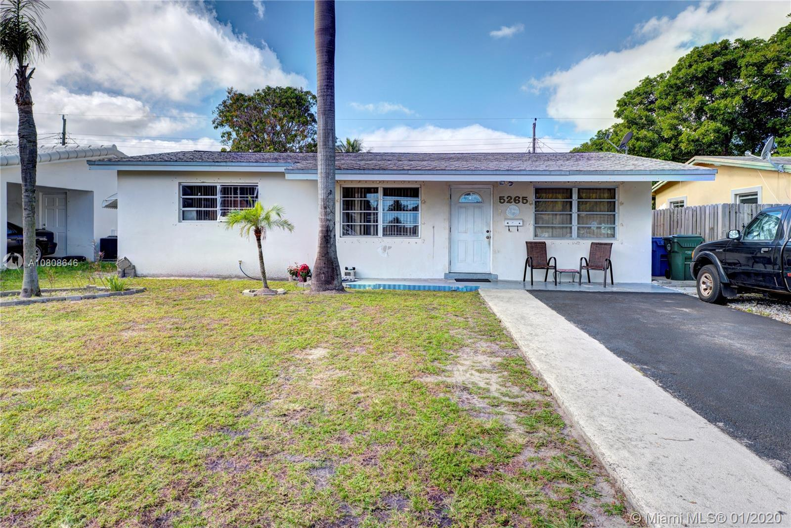COZY 2/1 HAS BEEN USED AS 3/1. TILE THROUGHOUT, SPACIOUS YARD. CLOSE TO BEACHES AND SHOPPING!! HURRY, WON'T LAST!!!