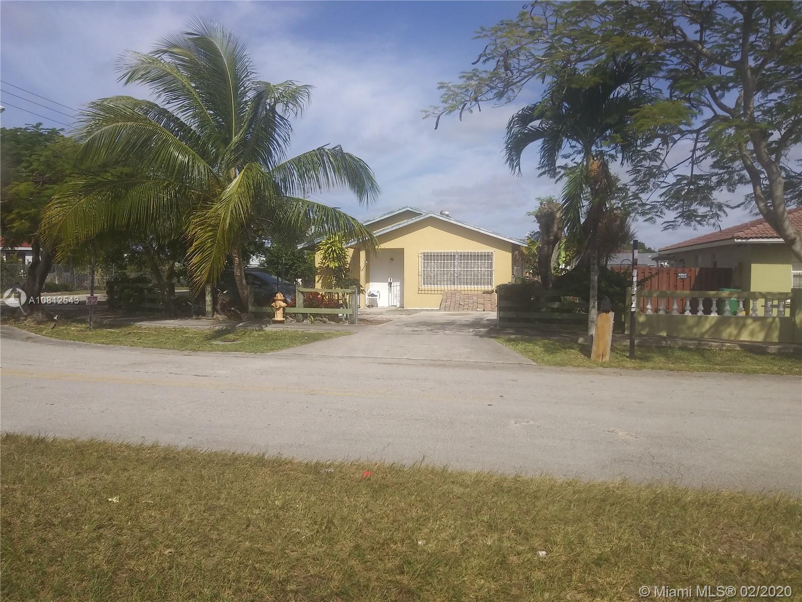 Don't miss this fantastically priced single family home in Homestead*** NO ASSOCIATION***. Corner lot, fully fenced. Perfect interior layout with open kitchen and ample bedrooms. Master suite features large closet.