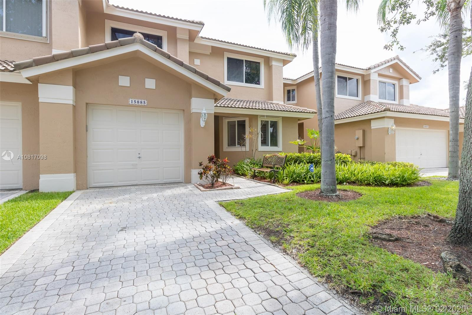 Family & peaceful community, beautiful courtyards with lush landscaping, 3 bedrooms, 2 1/2 bathroom, stunning and bright living room with open kitchen, enjoy cooking and watching your kids playing around, just 5 minutes away from the school, restaurants and grocery store.