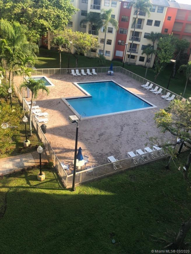 BEAUTIFUL APARTMENT CLOSE TO THE MAIN HIGHWAYS! GATED COMMUNITY DORALNICE VIEW TO THE POOL, LAMINATED FLOOR, TOTALLY PAINTREADY TO MOVE 1 APRIL ON LOCK BOX EASY TO SHOW