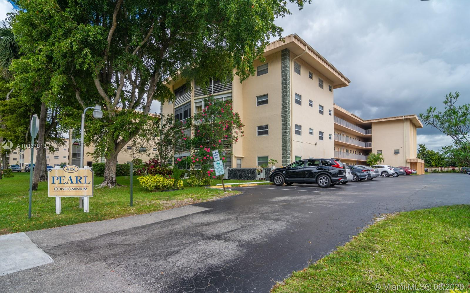 2 BEDROOM, 2 BATHROOM CORNER UNIT CONDO, BRIGHT AND SPACIOUS, LAMINATE FLOORING IN LIVING AND BEDROOM, MASTER BEDROOM WITH WALK IN CLOSET, CLUB HOUSE WITH POOL, COMMUNITY ROOM, TENNIS, BBCUE. CLOSE TO RESTAURANTS AND SHOPPING.