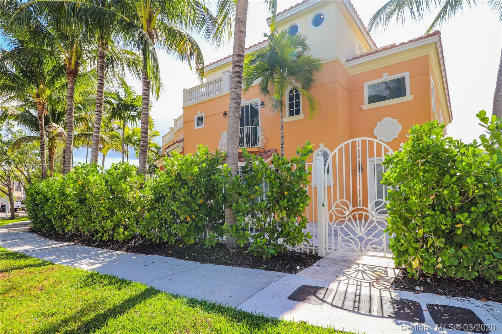1360  Bayview Dr #1360 For Sale A10839575, FL