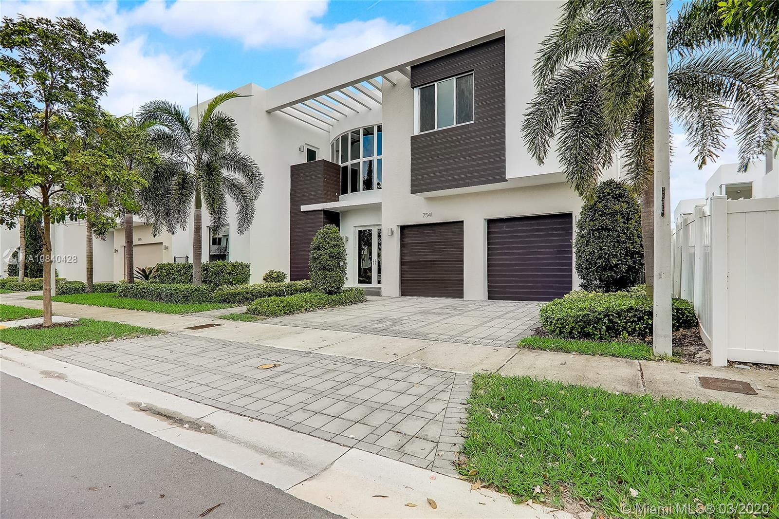 7541 NW 100th Ave  For Sale A10840428, FL