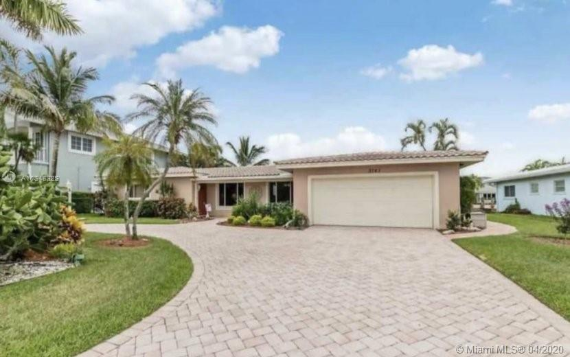 Lighthouse Point, Remodeled 4/3 with deep water 100 ft wide canal and 85 ft of dock, pool, Jacuzzi. Ready to move in.