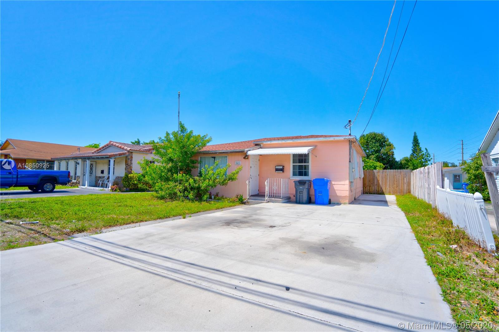 2411  Johnson St  For Sale A10850925, FL
