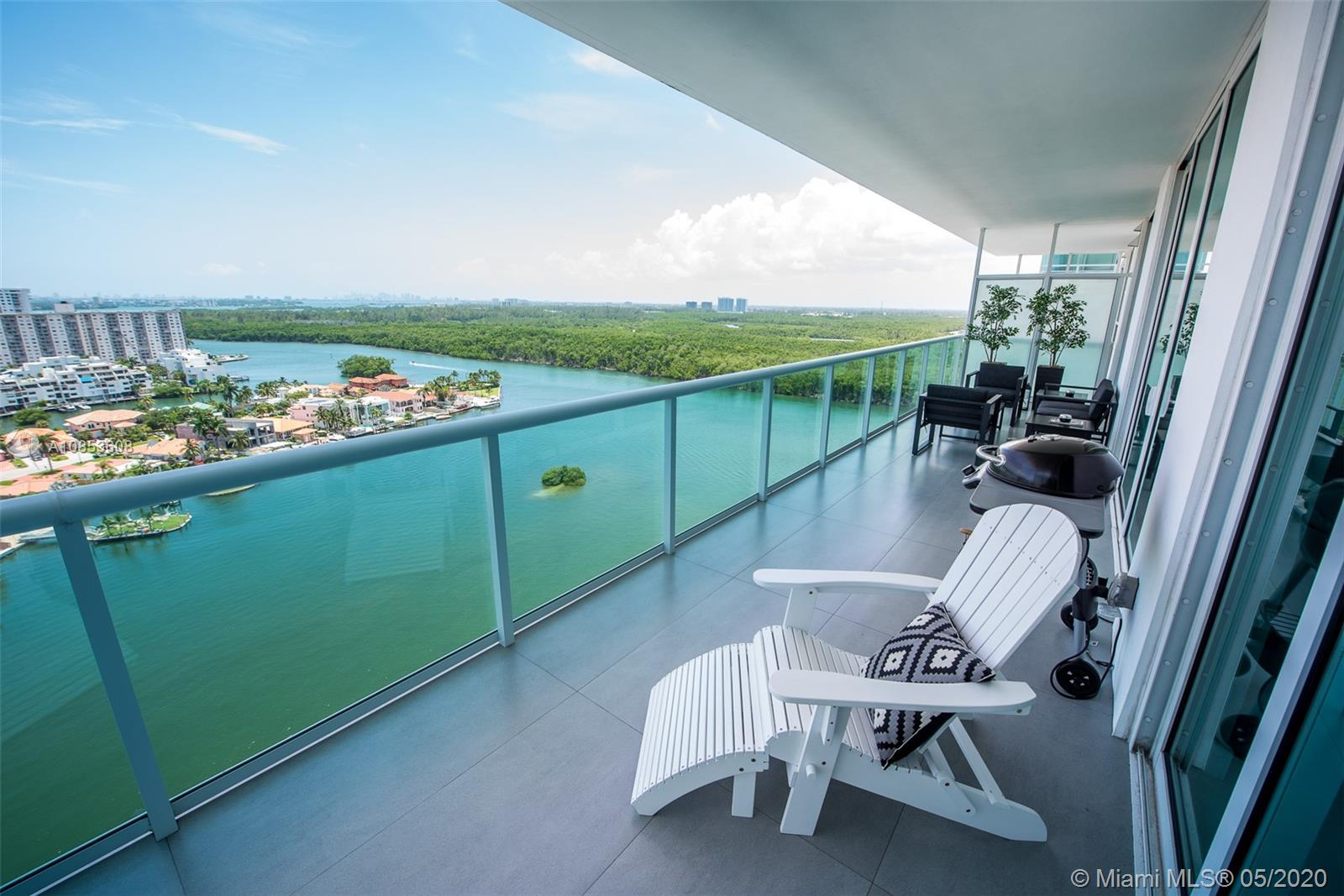 Amazing 2 bed ( suites) + den with bathroom. Beautiful views of intercostal and the ocean. Kitchen with top of line appliances. Beautiful decorated and fully equipped.