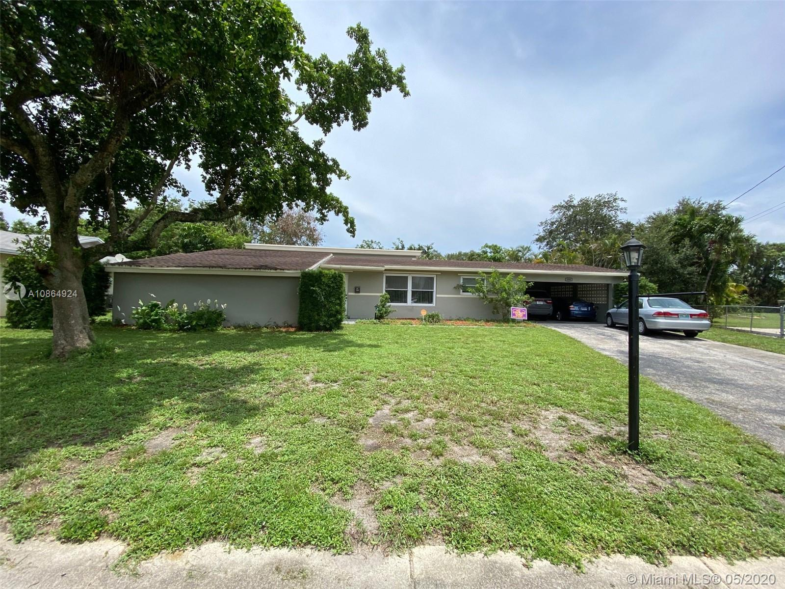 Spacious 5/2 open concept home with a pool in the heart of Plantation. Property sits in an oversize lot and is close to major roads and expressways. If you are looking for a house that you can make your lifetime home, this is the one!