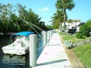 Come to see this fabulous  2/2 corner condo in dazzling Fort Lauderdale, right on the canal, pay $3/foot for dockage-, 20 minutes to the Ocean. Bright and cozy with an area for BBQ and beautiful landscape. 