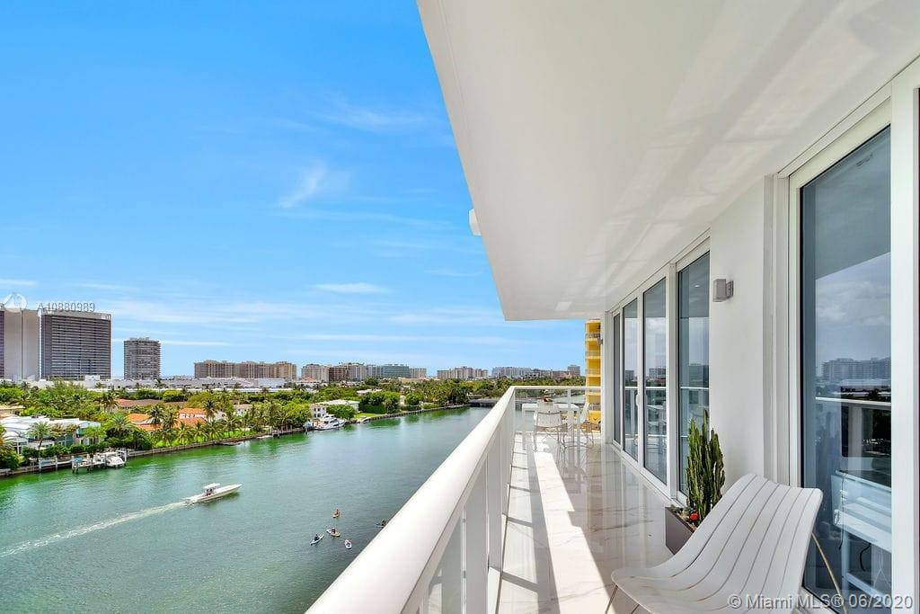 Amazing smart  PH with 180 grades intracoastal view, 3/2,impact window, electric blinds, 2 parking spots and $6000 bonus to the buyer's agent.