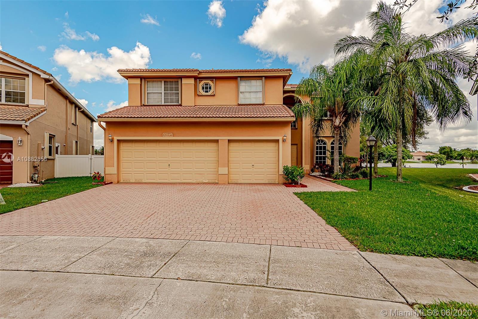 Come look at it a tremendously beautiful home Cascade Excutive community in PEMBROKE FALLS  , Upgraded kitchen and bathrooms. come take a look, and all appointment for a showing must give 24hrs advance notice please follow the Covid 19 guidelines. Great schools,next to I75 and Pembroke Malls.