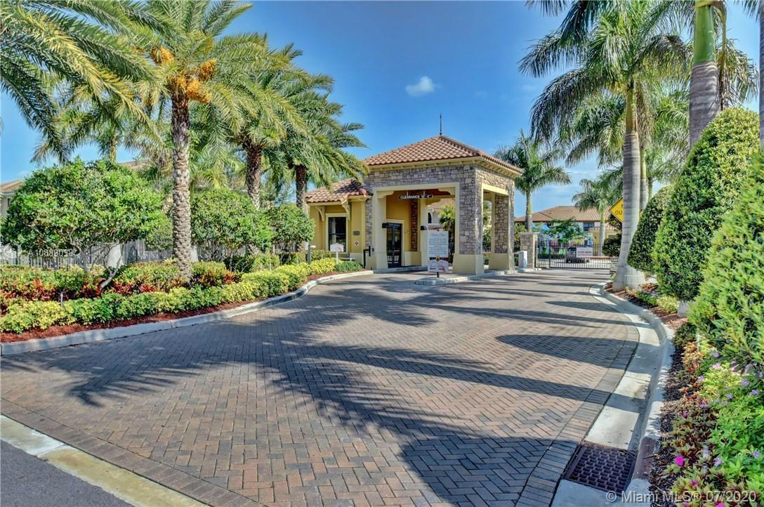 """CORNER MODEL. Immaculate 3/2.5 42"""" Cabinets, Granite Counter tops GE SS applicances, Crown Molding,High Impact Windows! The community offers Resort Style Clubhouse with Beach Pool Entrance, kids splash park, Tennis, Basketball, Fitness Center, Ballrooms, Billard Room and much more!!!"""