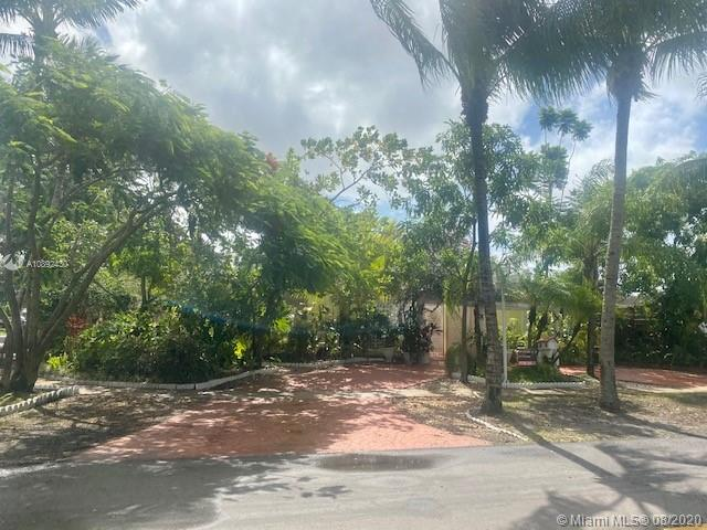 Price reduced, Spacious corner home in Boulevard Heights Pembroke Pines, no HOA fees, new roof, new air conditioning, freshly painted, tile floors through the home. four bedrooms and three full bathrooms, walk in closet, fenced patio, two rooms with independent entrance. must -see ....