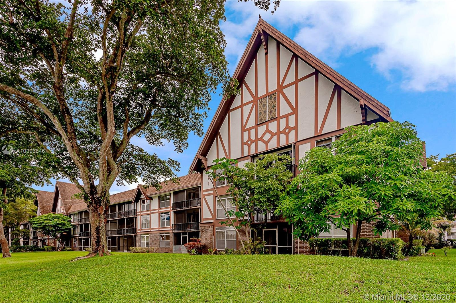 LARGE 2/2 CORNER UNIT CONDO ON THE 1ST FLOOR. SPACIOUS LIVING AND DINING AREA. UPDATED  BATHROOMS, KITCHEN FLOORING. RIGHT ACCROSS THE MAIN CLUBHOUSE. PLENTY OF CLOSET SPACE. SCREENED PATIO.