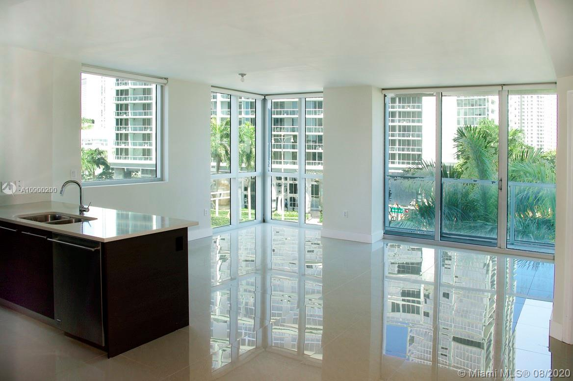 Excellent opportunity to live in a Elegant, Modern and Luminous 2bed/2baths, Located in the heart of the Finacial District and walking distance to Mary Brickell Village. Buildingg has Resort Like Amenities including 2 Pools, 3 Lounges, Billards, A Theater, a state of the art Gym and More.** BONUS GIVEN IF RENTED THIS MONTH ****