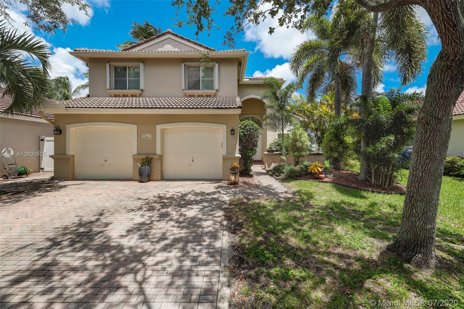 4924 SW 34th Ter  For Sale A10900903, FL
