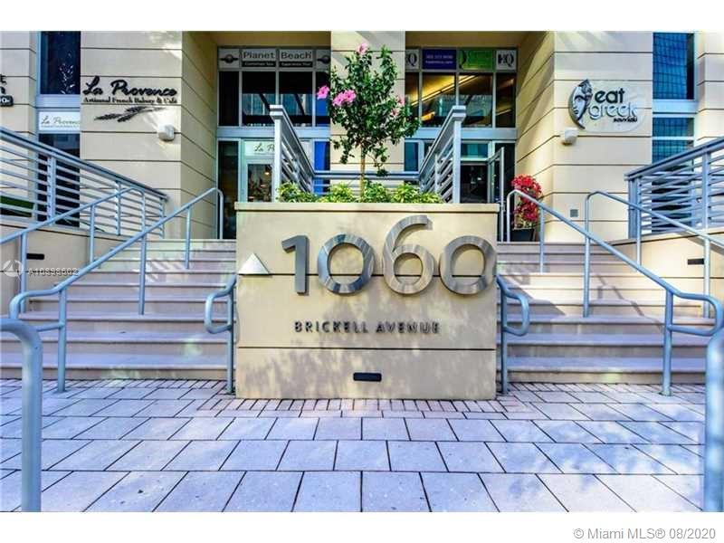 Modern 1 bedroom/1.5 bathrooms with high ceilings, tile/wood floors and washer/dryer inside the unit. Great amenities such as gym, pool, sauna, 24 hour security, valet and much more! Centrally located in Brickell Avenue. Close to shops, restaurants and highways. A must see!!
