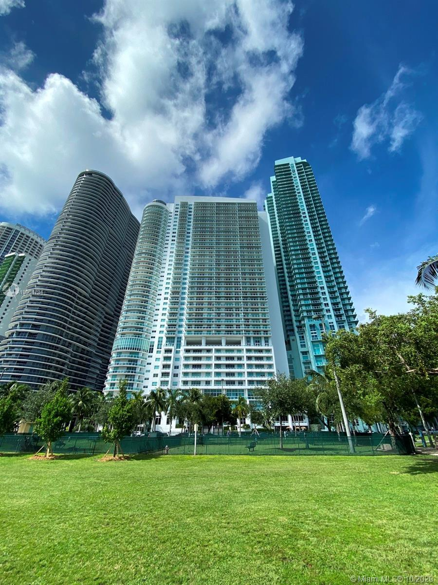 Amazing 2/2 unit with spectacular wide open & unobstructed bay view! 1800 Club is located right across from Margaret Pace Park,close to Wynwood, Design District, South Beach, American Airlines Arena, Bayside, Bayfront Park...etc. This unit features rectified ceramic floor in the entire unit, modern roller shades, Italian cabinetry, S/S appliances, granite countertops and much more. First class amenities. Must see!