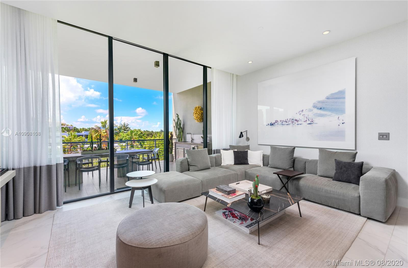 Amazing unit at the exclusive 101 Condominium in Key Biscayne. Building is centrally located and within minutes of restaurants, shop and beach. Gated and secured building. Roof top with barbecue Area, Pool and Gym. 