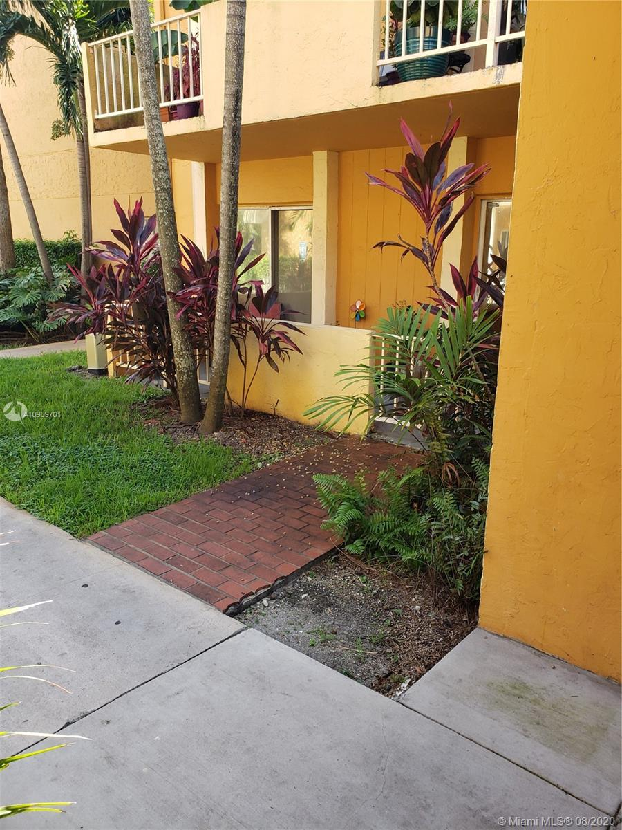 Venetian Gardens Condos: COME TO SEE THIS AMAZING OPPORTUNITY . Updated 1 bedrooms 1.5 bathrooms. Remodeled Kitchen, Ceramic. Very well maintained. Club House with gym and pool. PET FRIENDLY. Minutes away from I-75 and Palmetto expressway. Gated Complex with NO RENTAL RESTRICTION!!!!! Perfect for First time buyers or Investors. HOA HAVE RESERVES, PLEASE ATTACHED 2019 AND 2020 BUDGET.
