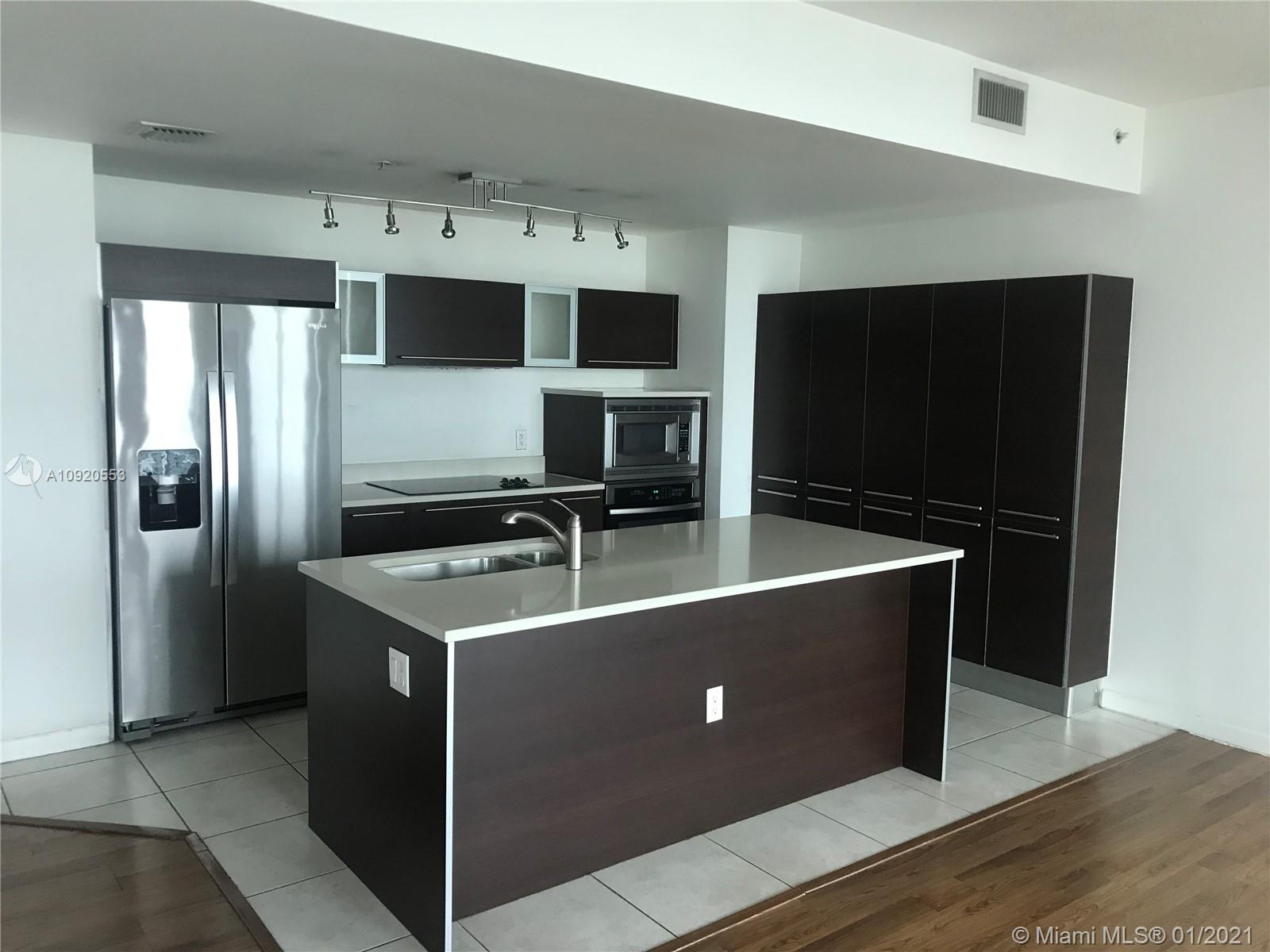 Beautiful 2 bed 2 1/2 bathroom with split floor plan with spacious walk-in closet. Floor-to-ceiling windows. Stunning panoramic views of downtown, with partial bay views.