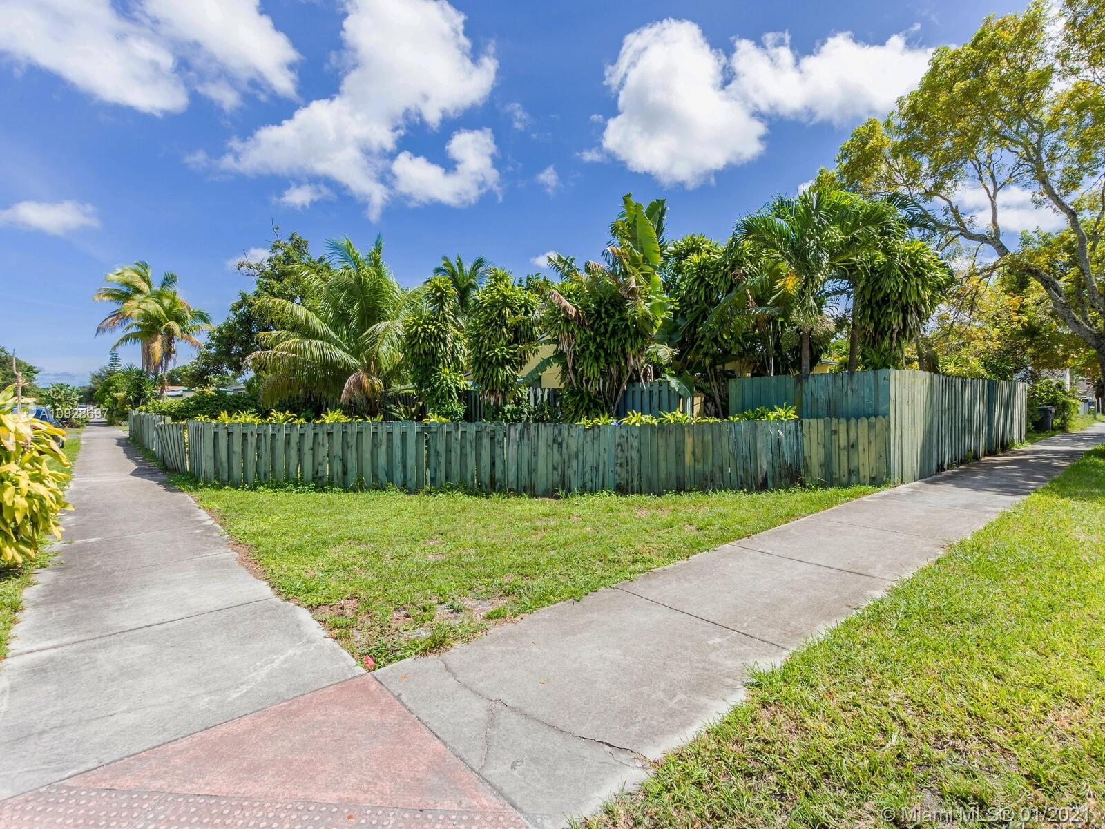 1221 N 58th Ave  For Sale A10928697, FL