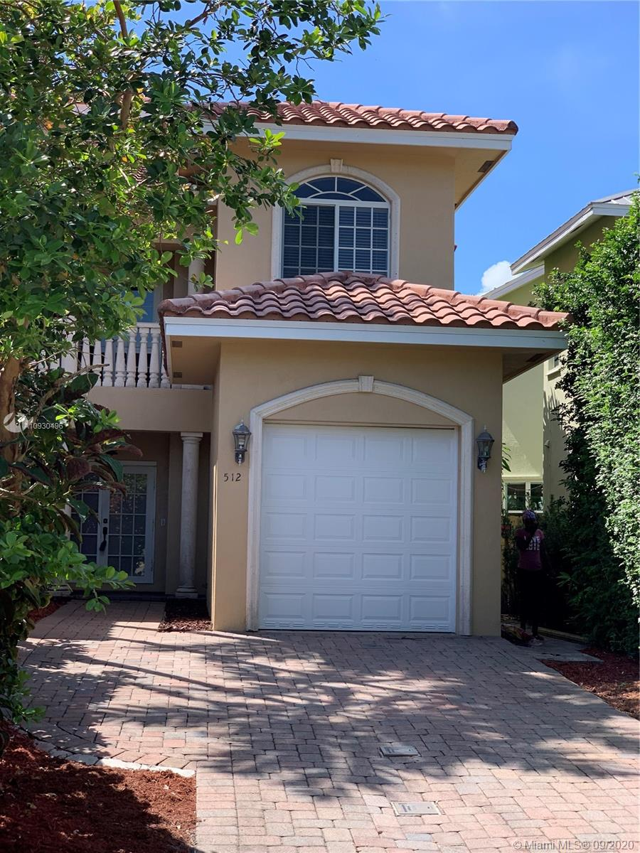 Beautiful townhouse in the Tarpon River neighborhood, with close proximity to Las Olas nd downtown featuring Living and dining combined, kitchen with granite counters and stainless steel appliances, large master bedroom with walk-in closet, master bathroom with double sinks.