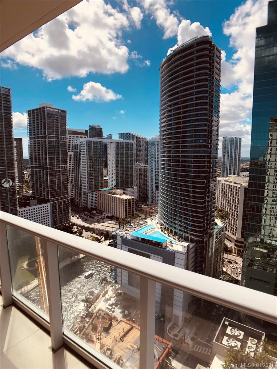 Spectacular Corner Unit (1 bed /1.5 bath) in Met 1 condo, located in the heart of downtown Miami. Endless skyline views, large balcony and modern open kitchen w/ granite counters, stainless appliances & Italian cabinets. New washer/dryer in unit. First-class amenities include two lobby levels, pool, jacuzzi, fitness & business centers, concierge. Walk to Bayside, Metro Mover and American Airlines Arena. Cable and internet included with maintenance fee !!!