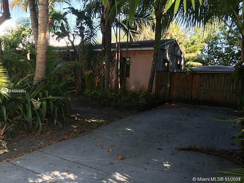 4 bed/2 bath house sitting on top of a large lot (over 14,000sqf). Great Location in the middle of South Miami, 2 min away from Sunset Place Mall, and 5 min away from University of Miami.