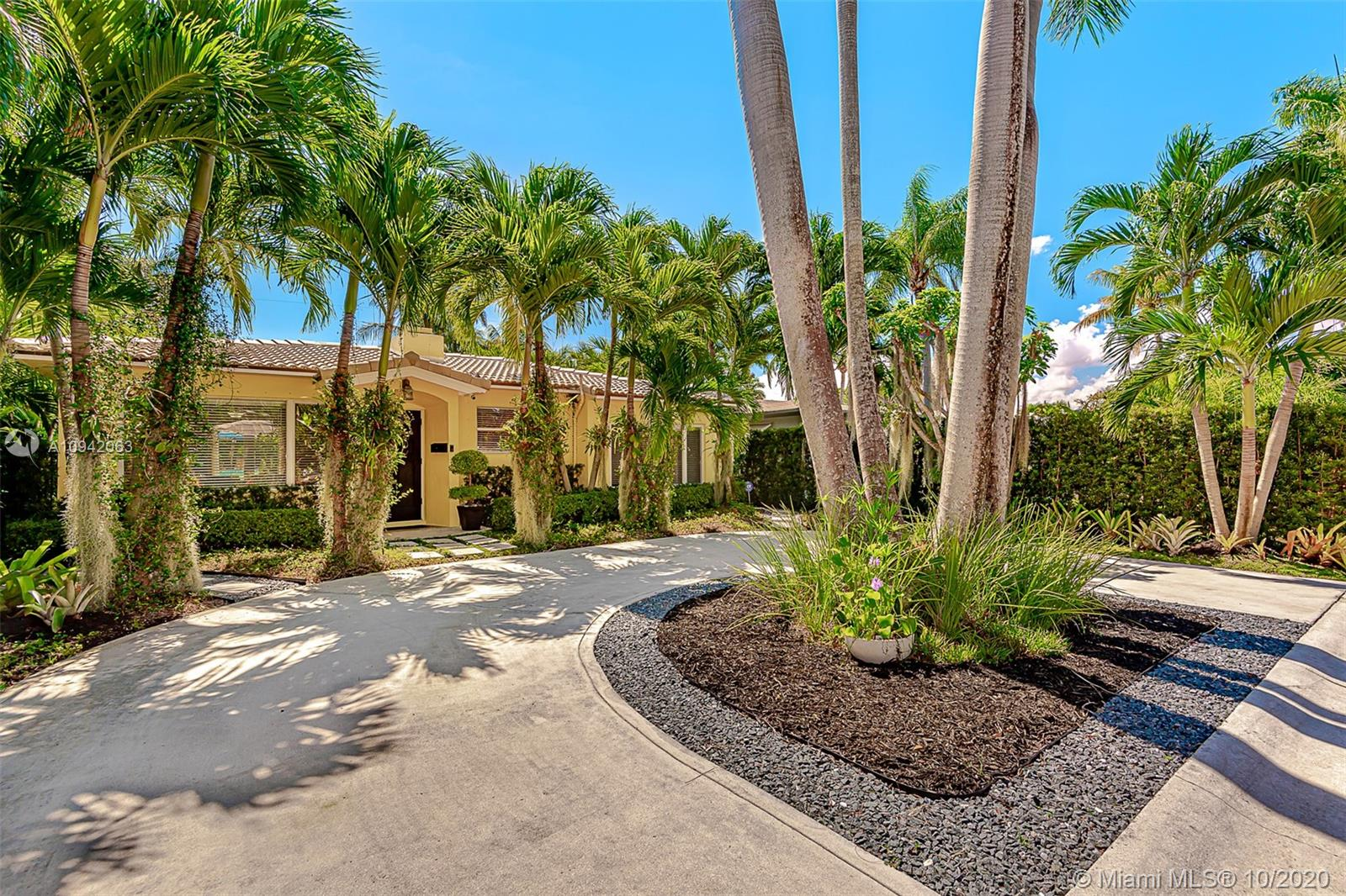 1030  Lincoln St  For Sale A10942063, FL