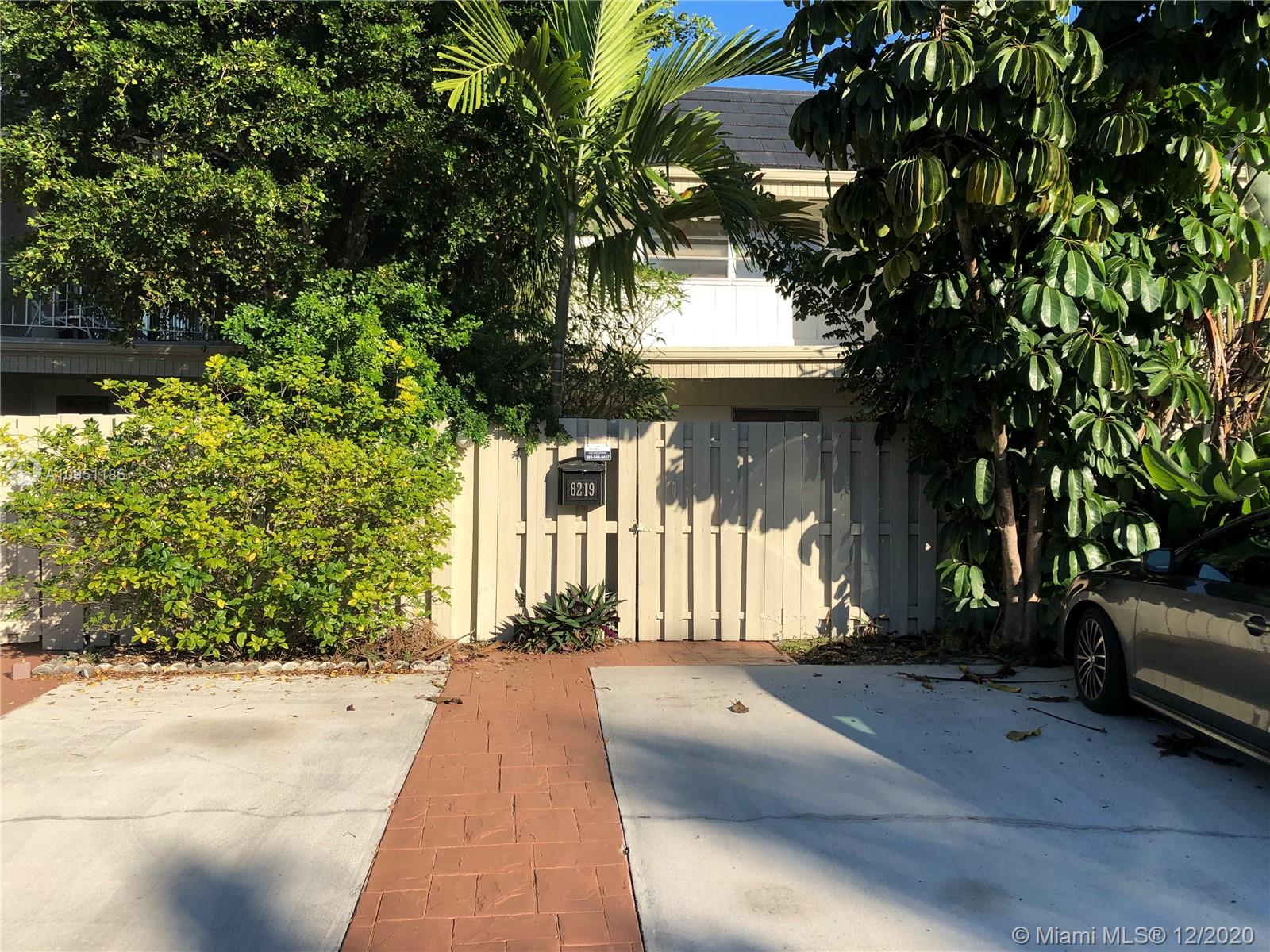KINGS CREEK TOWNHOUSE:  2 BEDROOM, 2 1/2 BATHROOM, 2-STORY WITH LARGE SCREENED PATIO IN QUIET INTERIOR LOCATION.  ENJOY FULL AMENITIES:  POOL, TENNIS, PLAY AREA, ON SITE MANAGER, ROAMING SECURITY!  ENTIRE COMPLEX BEING PAINTED NOW!  GREAT LOCATION CLOSE TO DADELAND MALL, BAPTIST HOSPITAL AND EXPRESSWAYS!  EXCELLENT COMMUNITY WITH STRONG RESERVES!