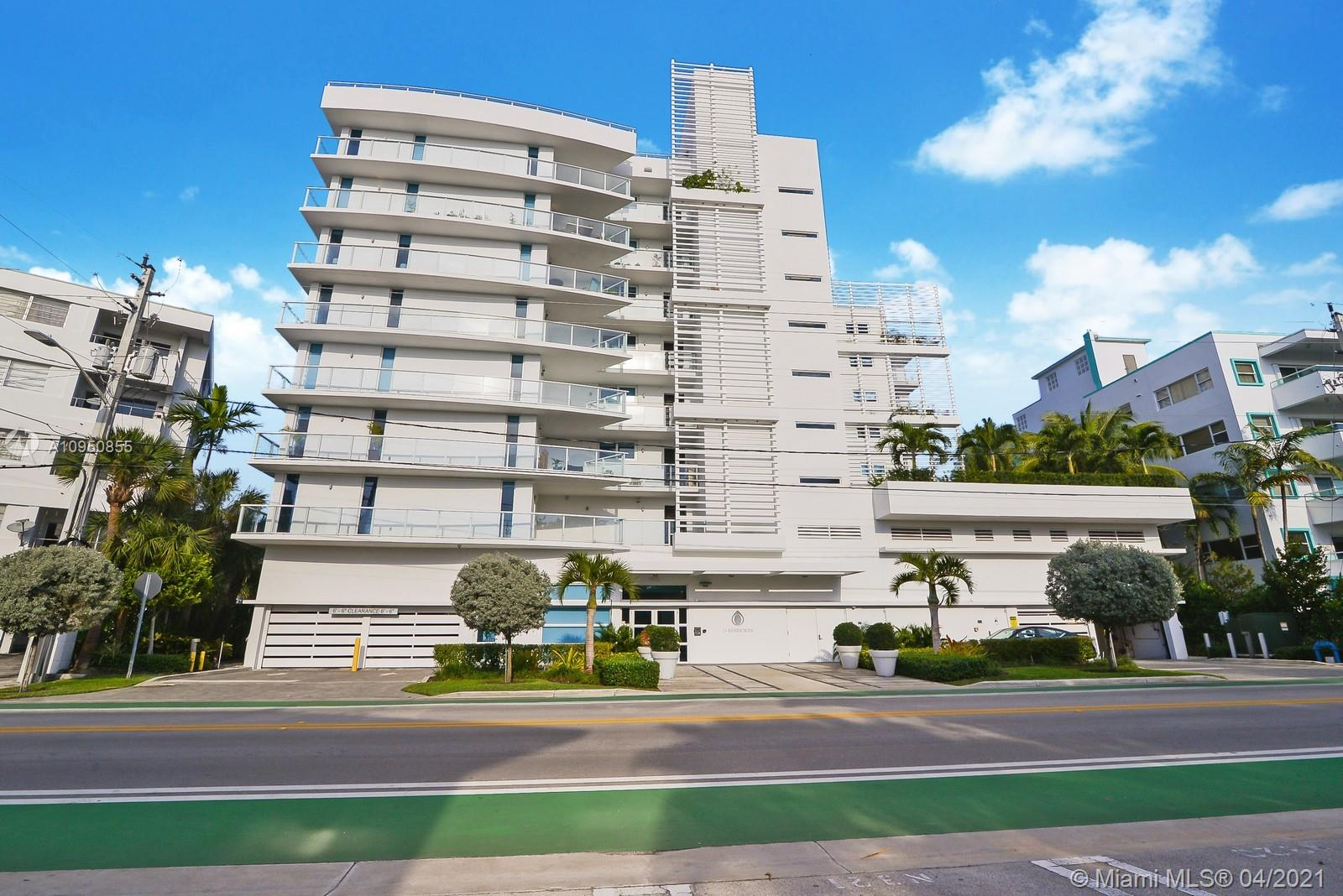 Amazing corner unit with bay views!!Open kitchen with Viking appliances and gorgeous views from a wrap around